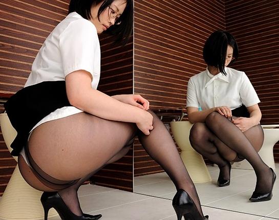 OLお姉さんがいやらしくパンストを穿く更衣室の脚フェチ映像の脚フェチDVD画像1