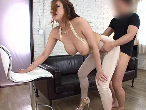 ムチムチのセレブ美女をレギンスを穿かせたままバックからハメるの脚フェチDVD画像2