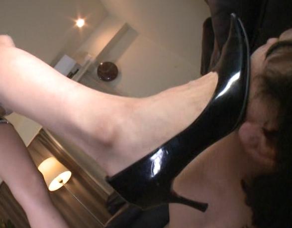 お嬢様の蒸れた素足の足臭を嗅がされながら足コキで果てるの脚フェチDVD画像5