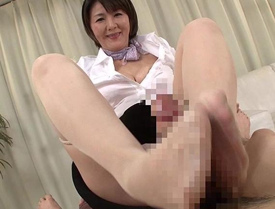 熟女のムチムチした美脚で熟練されたパンスト足コキ足射の脚フェチDVD画像1