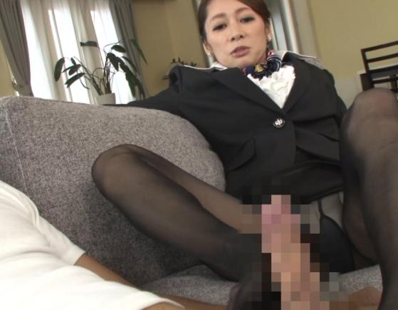 上品な熟女CAの蒸れた黒パンストで足コキされ痴女られるの脚フェチDVD画像2