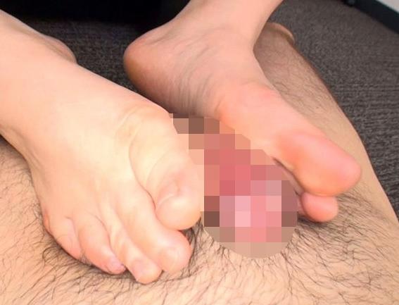 自らの肉穴をクパァーしながら素足の足裏で足コキする美少女の脚フェチDVD画像3