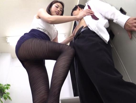 長身痴女のスレンダー美脚にパンストを穿いて淫語足コキされるの脚フェチDVD画像2