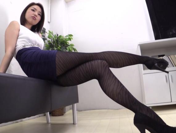 長身痴女のスレンダー美脚にパンストを穿いて淫語足コキされるの脚フェチDVD画像1