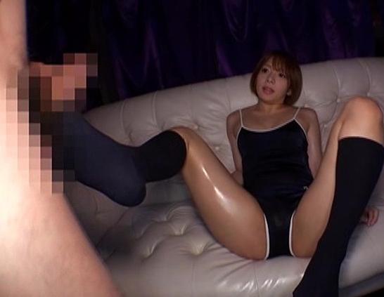 美少女JKがスクール水着にハイソックスを穿いて足コキ責めの脚フェチDVD画像2
