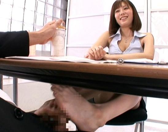 枕営業が得意なセールスレディーがこっそり机の下で足コキの脚フェチDVD画像4