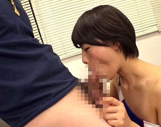 ショートカットの水着女子が素足コキと罵倒でM男調教の脚フェチDVD画像5