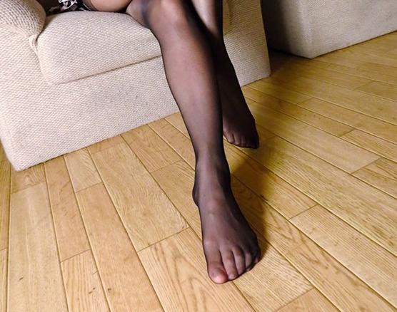 パンスト美脚のお姉さんに蒸れた足裏で足コキされ手コキで射精の脚フェチDVD画像4