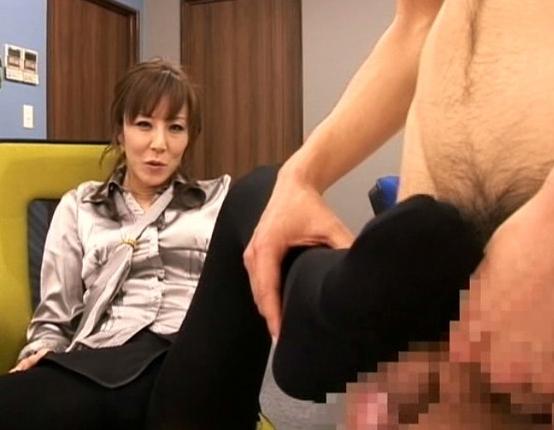 上品な顔をしていやらしい淫語を囁くエロ秘書のパンスト足コキの脚フェチDVD画像2