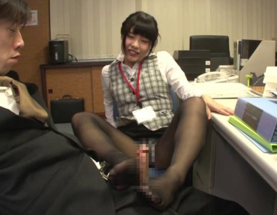 いやらしい痴女OLがオフィスで男をパンスト美脚と足コキで誘惑の脚フェチDVD画像5