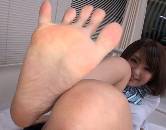 JKギャルが蒸れたルーズソックスと素足で足射するまで足コキの脚フェチDVD画像5