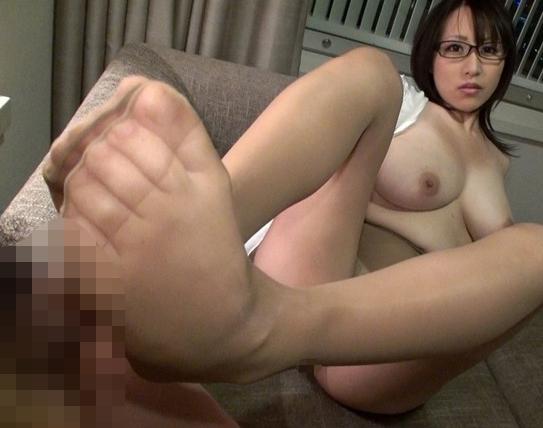 巨乳お姉さんのパンスト美脚を舐めて擦って堪能する足コキ作品の脚フェチDVD画像3