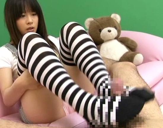 可愛い美少女の蒸れたニーハイソックス足コキばかりのマニア動画の脚フェチDVD画像1