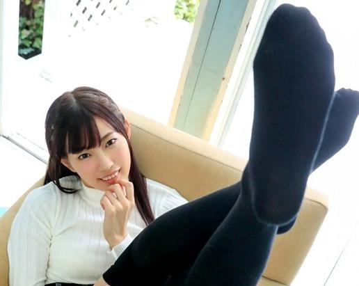 無邪気な美少女メイドがニーハイソックスの足裏で足コキ抜きの脚フェチDVD画像1