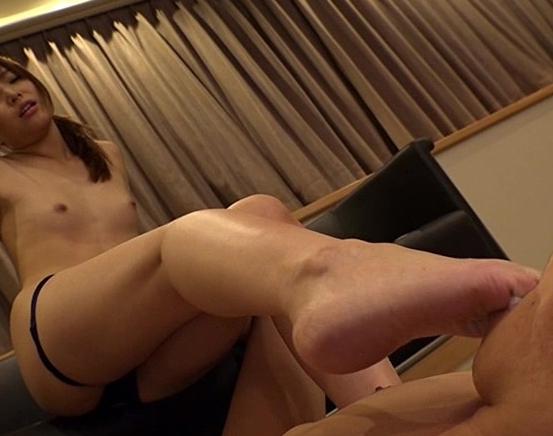 ドエス痴女がM男を金蹴りや素足コキで苛め抜く足フェチ動画の脚フェチDVD画像2