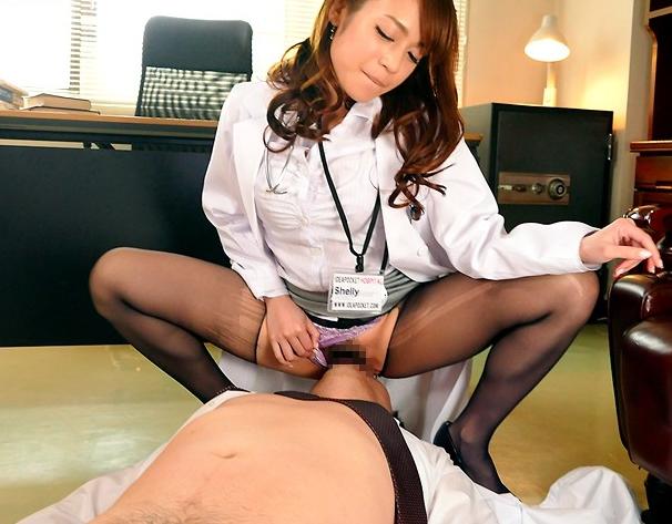 タイトスカート美脚で誘惑しパンスト足コキで痴女責めする女医の脚フェチDVD画像5