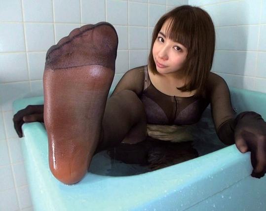 熟女の蒸れ蒸れパンストで足コキさせて破ってハメる着衣SEXの脚フェチDVD画像3