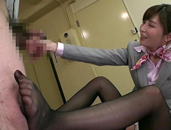 ドエスなスチュワーデスの蒸れたパンストで足コキ責めされるM男の脚フェチDVD画像1