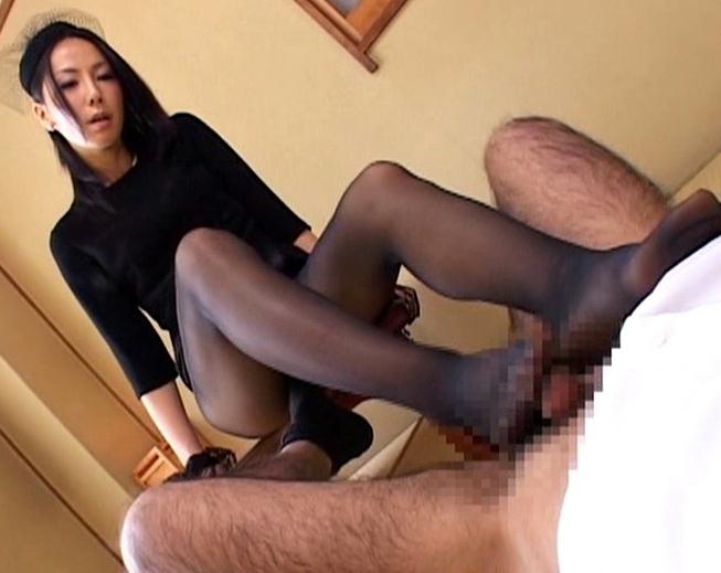 未亡人の熟女が義理の兄に生足でねっとりと足コキ抜きの脚フェチDVD画像4