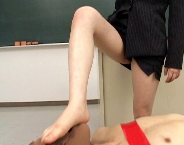 ドエスな変態女教師たちが足臭漂う生足の足裏で集団足コキ責めの脚フェチDVD画像1