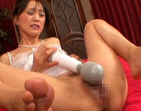 敏感過ぎてお漏らしする熟女妻が網タイツでいやらしい足コキの脚フェチDVD画像1