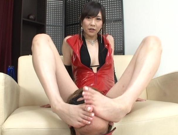 ボンテージ女王様の美しい生足の足裏で足コキされ喜ぶM男の脚フェチDVD画像1