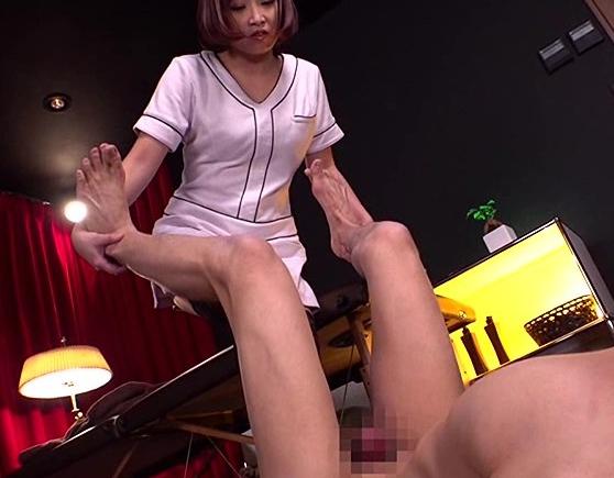 ドエスなエステティシャンに金蹴りされ網タイツ足コキで虐められるの脚フェチDVD画像1