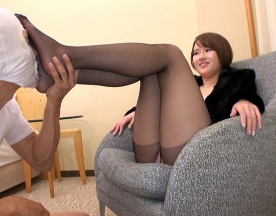 スレンダー美脚の美女が蒸れた黒パンスト足コキで大量足射させるの脚フェチDVD画像4