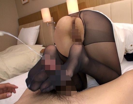 スレンダー美脚の美女が蒸れた黒パンスト足コキで大量足射させるの脚フェチDVD画像2