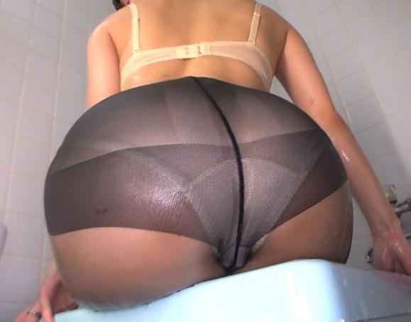 熟女OLの生々しい黒パンストに扱かれ足コキ抜きされるディルドの脚フェチDVD画像2