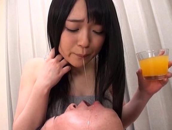 ドエス痴女たちが男の顔面に唾液を垂らし生足コキで責めまくるの脚フェチDVD画像2
