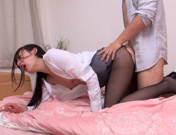 仕事に厳しい女上司が酔って乱れてパンスト足コキや着衣SEXの脚フェチDVD画像5