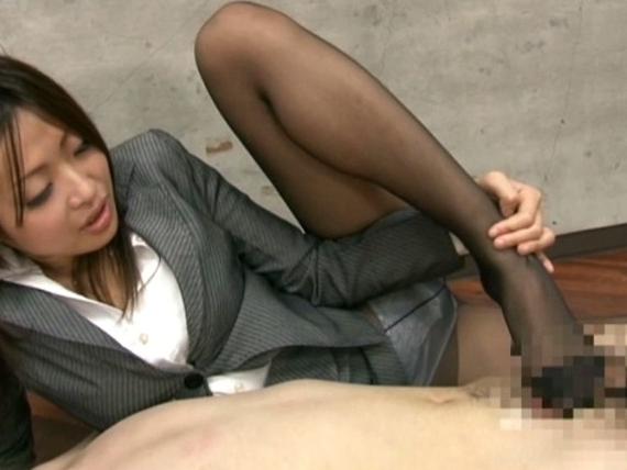 痴女OL上司がパンスト美脚で足フェチ社員に脚コキ&着衣SEXの脚フェチDVD画像5