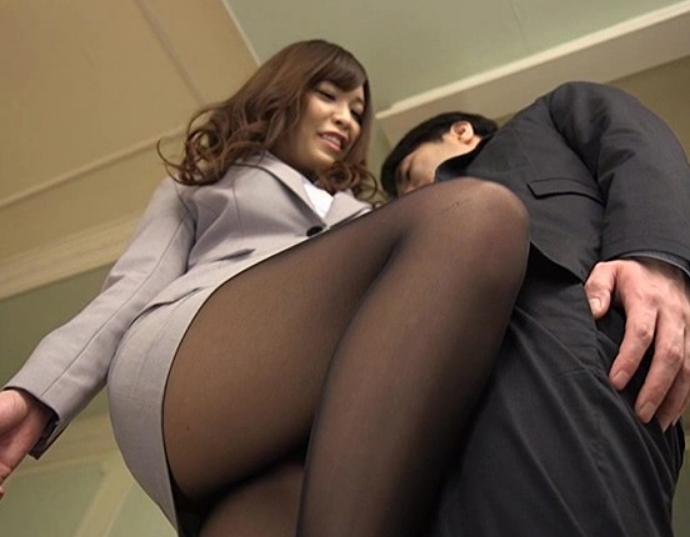 OLお姉さんの蒸れた黒パンストを嗅いで足コキさせ着衣SEXでイクの脚フェチDVD画像5