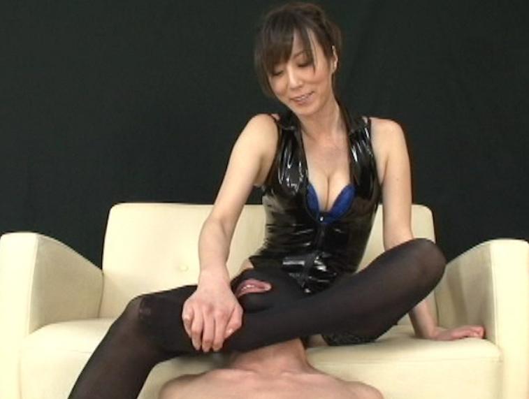 ボンテージ女王様がM男に顔面騎乗のまま網タイツで足コキ責めの脚フェチDVD画像3