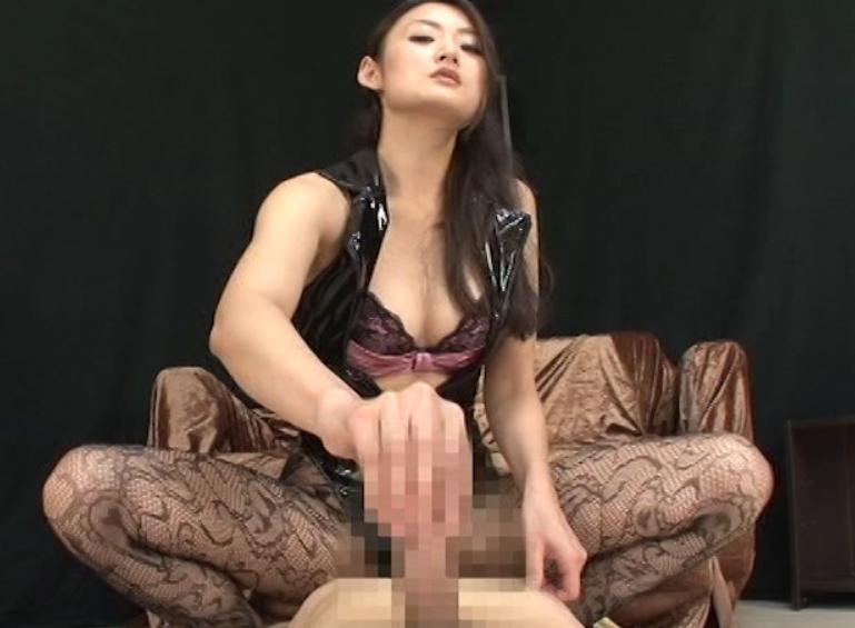 ドエスな女王様に網タイツで足コキされペニバンで犯されるM男の脚フェチDVD画像2
