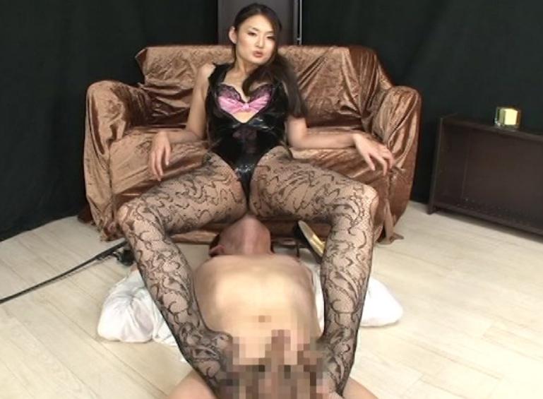 ドエスな女王様に網タイツで足コキされペニバンで犯されるM男の脚フェチDVD画像1