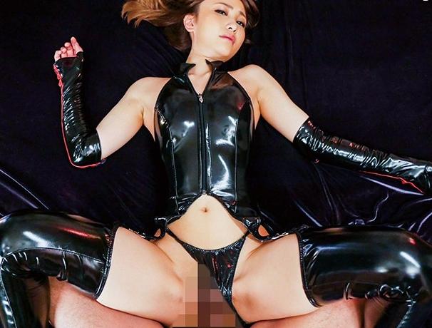 極上の美女がボンテージにエナメルブーツを穿きM男にブーツコキの脚フェチDVD画像2