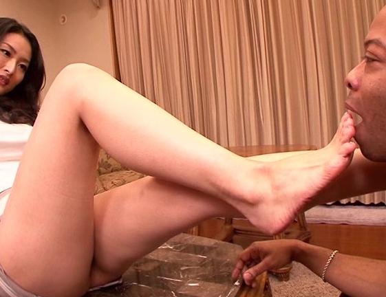 黒人のデカマラで野外レ〇プされ調教された美女の生足コキの脚フェチDVD画像2