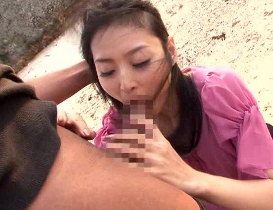 黒人のデカマラで野外レ〇プされ調教された美女の生足コキの脚フェチDVD画像1