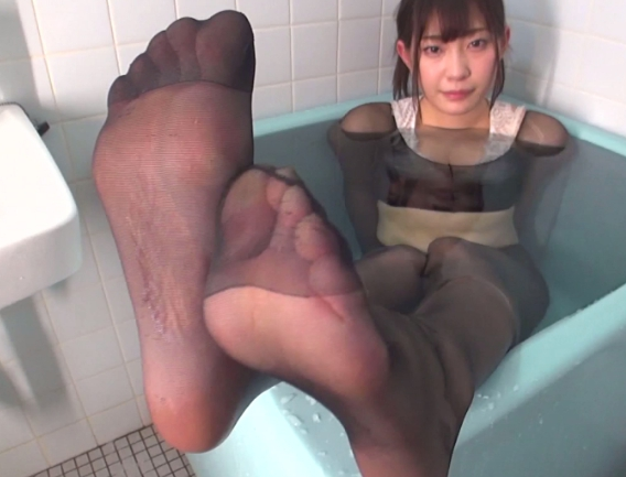 熟女妻の柔らかいパンスト美脚で足コキや着衣SEXをして大量足射の脚フェチDVD画像4
