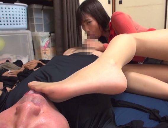 熟女妻の柔らかいパンスト美脚で足コキや着衣SEXをして大量足射の脚フェチDVD画像1