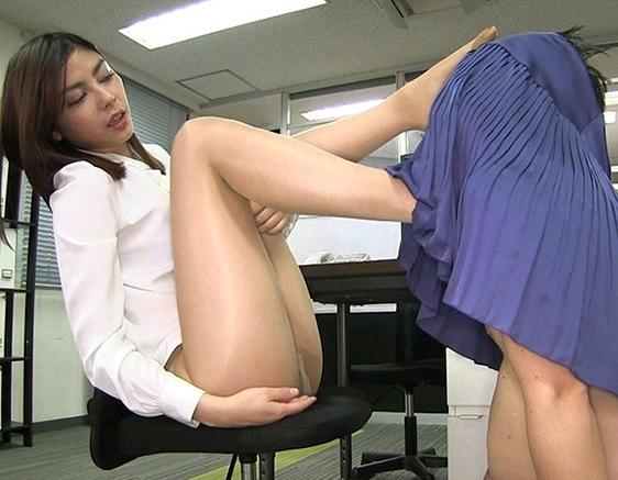 長身OLの蒸れたパンスト美脚で足コキしてもらい精液を大量脚射の脚フェチDVD画像1