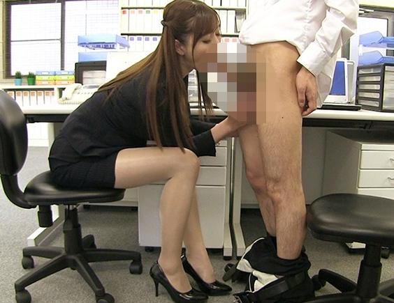 長身巨乳の美人OLにパンスト足コキされ着衣SEXでイカせまくるの脚フェチDVD画像4