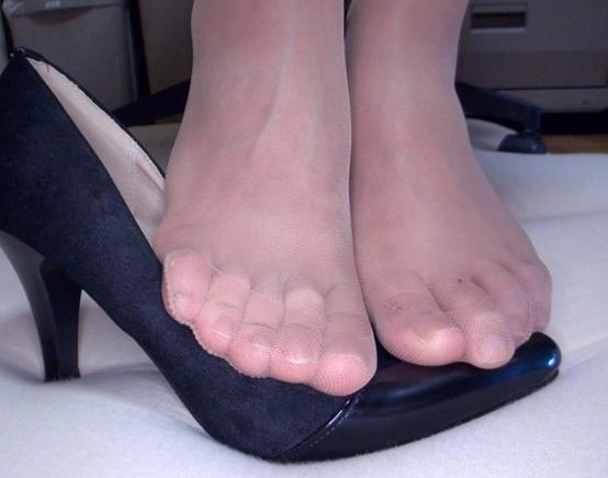 人妻の蒸れパンストの足裏で足コキしてもらい着衣SEXで大量足射の脚フェチDVD画像2