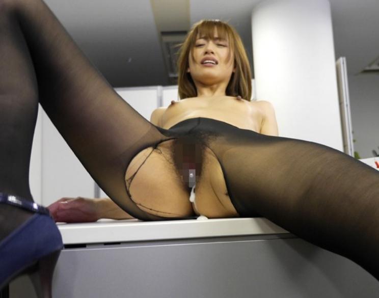 オフィス内でパンスト美脚から愛液を垂らし着衣SEXで絶頂するOLの脚フェチDVD画像6