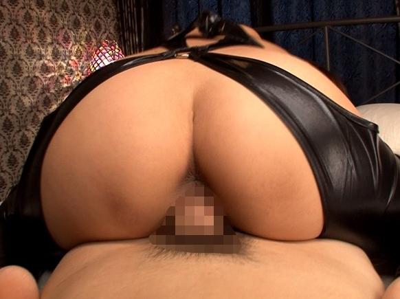 上から目線で淫語と騎乗位で責める爆乳ボンテージ痴女が生足コキの脚フェチDVD画像4