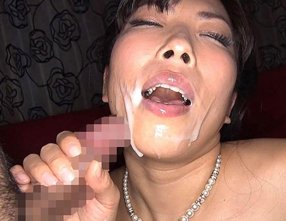 デカ尻巨乳のドスケベ熟女妻がムチムチな網タイツ美脚で足コキの脚フェチDVD画像6