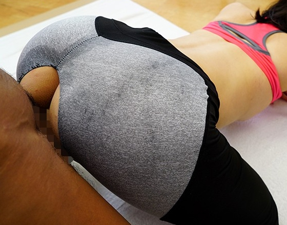 デカ尻にピッタリと密着するレギンスを穿かせたまま着衣SEXの脚フェチDVD画像5