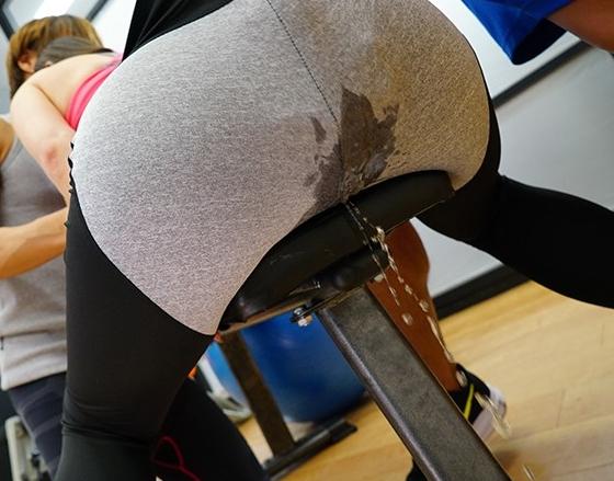 デカ尻にピッタリと密着するレギンスを穿かせたまま着衣SEXの脚フェチDVD画像3